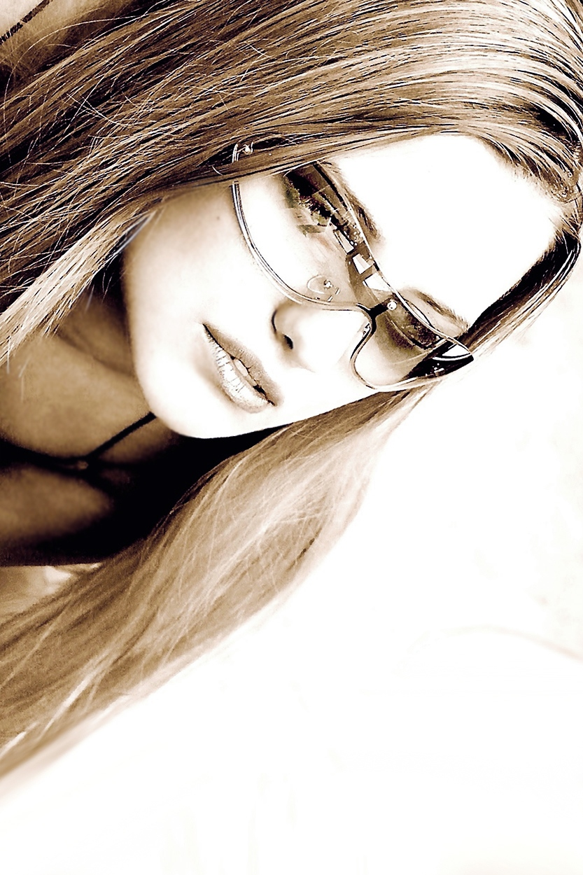 portret dziewczyny w okularach