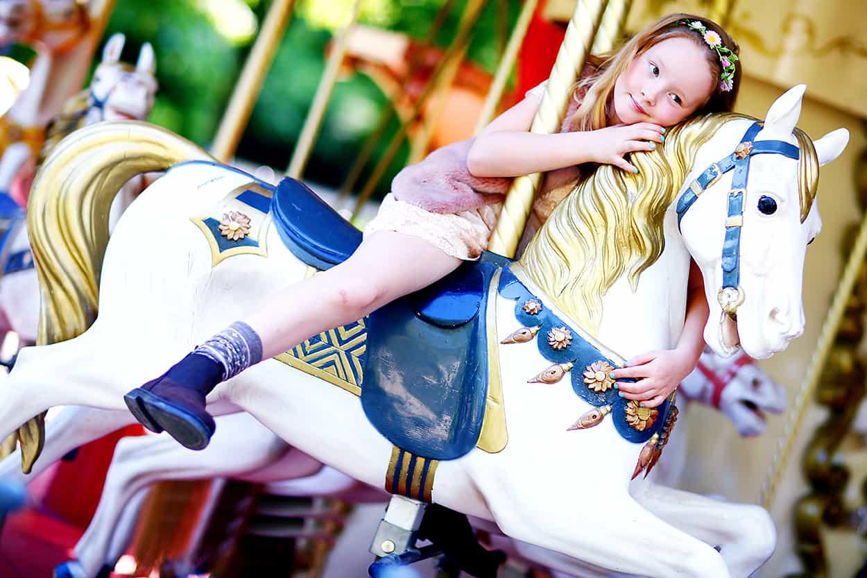 dziewczynka na karuzeli