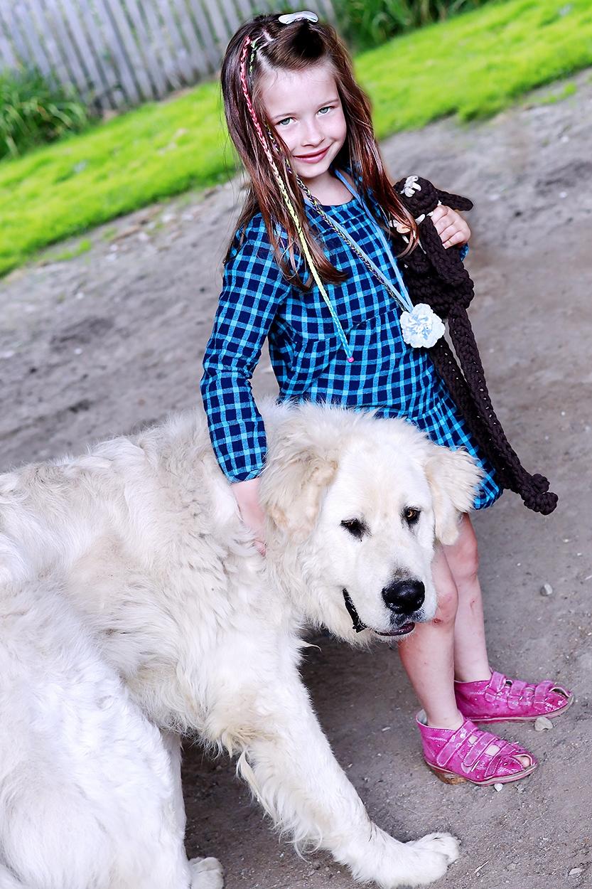 mała dziewczynka z dużym psem