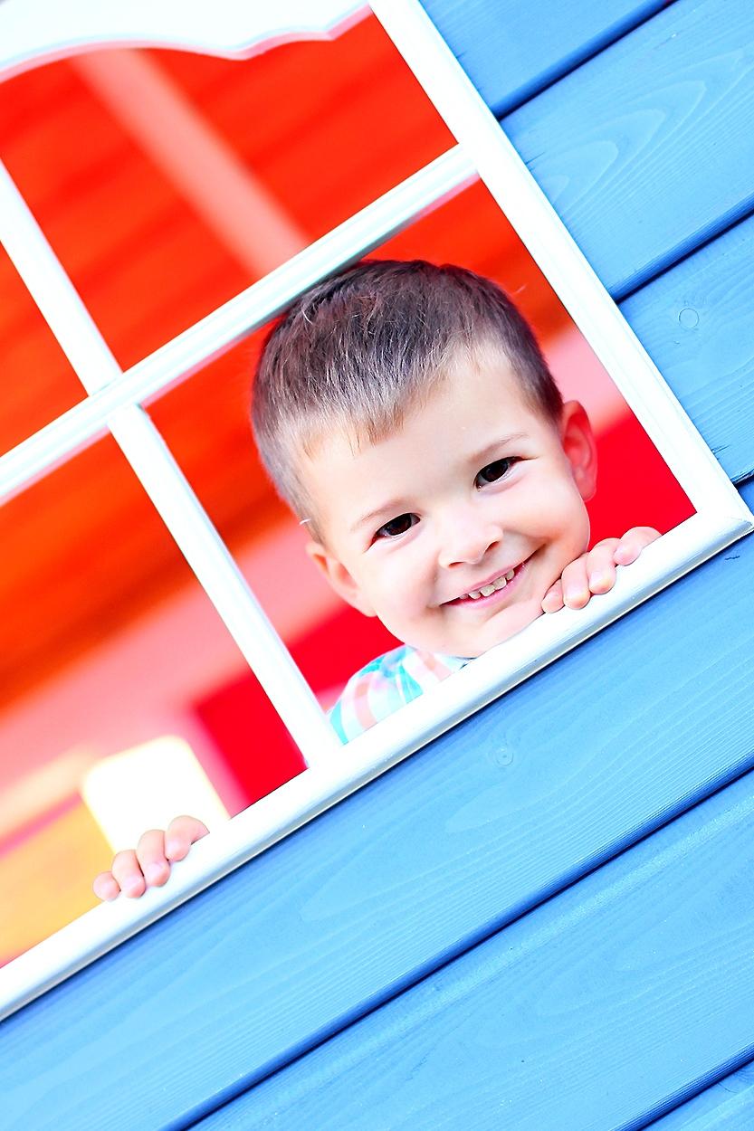 chłopczyk w oknie Strzelin